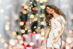 Mujer feliz o baile adolescente sobre luces de la Navidad Imagen de archivo libre de regalías