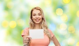 Mujer feliz o muchacha adolescente con el Libro Blanco en blanco Imágenes de archivo libres de regalías