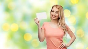 Mujer feliz o muchacha adolescente con el Libro Blanco en blanco Foto de archivo libre de regalías