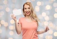 Mujer feliz o muchacha adolescente con el Libro Blanco en blanco Fotos de archivo libres de regalías