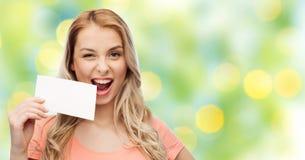Mujer feliz o muchacha adolescente con el Libro Blanco en blanco Fotografía de archivo libre de regalías