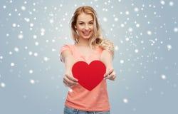 Mujer feliz o muchacha adolescente con forma roja del corazón Imagen de archivo libre de regalías