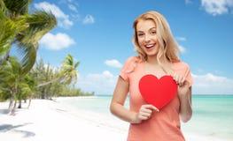 Mujer feliz o muchacha adolescente con forma roja del corazón Imagenes de archivo
