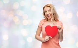 Mujer feliz o muchacha adolescente con forma roja del corazón Imágenes de archivo libres de regalías