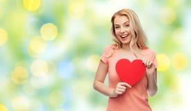 Mujer feliz o muchacha adolescente con forma roja del corazón Fotografía de archivo