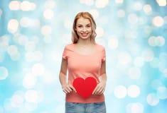 Mujer feliz o muchacha adolescente con forma roja del corazón Fotografía de archivo libre de regalías