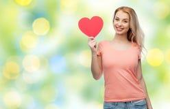 Mujer feliz o muchacha adolescente con forma roja del corazón Foto de archivo