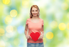Mujer feliz o muchacha adolescente con forma roja del corazón Foto de archivo libre de regalías