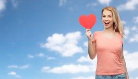 Mujer feliz o muchacha adolescente con forma roja del corazón Fotos de archivo libres de regalías