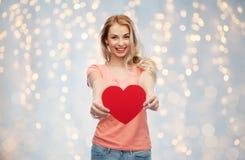 Mujer feliz o muchacha adolescente con forma roja del corazón Imagen de archivo
