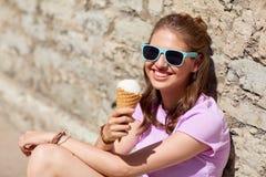 Mujer feliz o muchacha adolescente con helado en verano Fotos de archivo