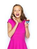 Mujer feliz o muchacha adolescente con la magdalena del cumpleaños Foto de archivo