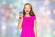 Mujer feliz o muchacha adolescente con la magdalena del cumpleaños Imágenes de archivo libres de regalías