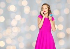 Mujer feliz o muchacha adolescente con la magdalena del cumpleaños Fotos de archivo