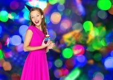 Mujer feliz o muchacha adolescente con la magdalena del cumpleaños Foto de archivo libre de regalías