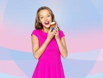 Mujer feliz o muchacha adolescente con la magdalena del cumpleaños Imagen de archivo