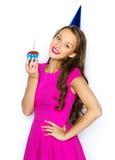 Mujer feliz o muchacha adolescente con la magdalena del cumpleaños Fotos de archivo libres de regalías
