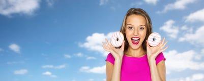 Mujer feliz o muchacha adolescente con los anillos de espuma Fotografía de archivo libre de regalías