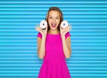 Mujer feliz o muchacha adolescente con los anillos de espuma Fotografía de archivo