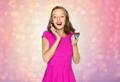 Mujer feliz o muchacha adolescente que come la magdalena del cumpleaños Imagen de archivo libre de regalías