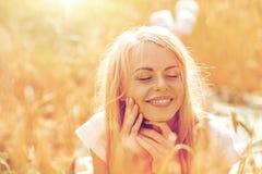 Mujer feliz o muchacha adolescente que miente en campo de cereal Fotografía de archivo libre de regalías