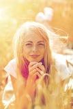 Mujer feliz o muchacha adolescente que miente en campo de cereal Imagen de archivo