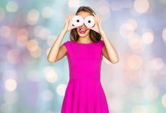 Mujer feliz o muchacha adolescente que mira a través de los anillos de espuma Fotografía de archivo libre de regalías