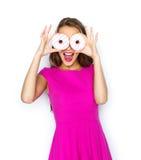 Mujer feliz o muchacha adolescente que mira a través de los anillos de espuma Fotos de archivo