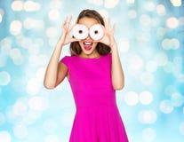 Mujer feliz o muchacha adolescente que mira a través de los anillos de espuma Foto de archivo libre de regalías