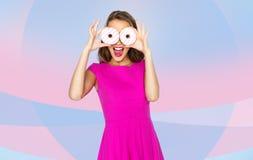 Mujer feliz o muchacha adolescente que mira a través de los anillos de espuma Imagen de archivo libre de regalías