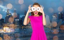 Mujer feliz o muchacha adolescente que mira a través de los anillos de espuma Imágenes de archivo libres de regalías