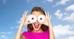 Mujer feliz o muchacha adolescente que mira a través de los anillos de espuma Imagenes de archivo