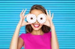 Mujer feliz o muchacha adolescente que mira a través de los anillos de espuma Fotos de archivo libres de regalías