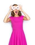 Mujer feliz o muchacha adolescente que se divierte con los anillos de espuma Imagenes de archivo