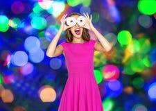 Mujer feliz o muchacha adolescente que se divierte con los anillos de espuma Imágenes de archivo libres de regalías