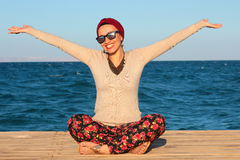 Mujer feliz por la playa