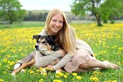 Mujer feliz que abraza al pastor alemán Dog Imagen de archivo libre de regalías