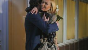 Mujer feliz que abraza con la reunión del hombre con él después de salón de belleza almacen de metraje de vídeo