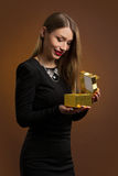 Mujer feliz que abre una caja de regalo Imagen de archivo