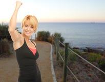 Mujer feliz que activa al aire libre sobre fondo de la playa Fotos de archivo libres de regalías