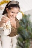 Mujer feliz que adorna el árbol de navidad Foto de archivo libre de regalías