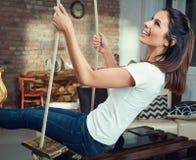 Mujer feliz que balancea en sala de estar Fotografía de archivo