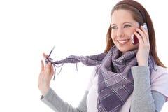 Mujer feliz que charla en el teléfono móvil Fotos de archivo