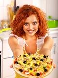 Mujer feliz que cocina la pizza Imagen de archivo