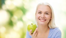 Mujer feliz que come Apple verde Fotografía de archivo libre de regalías