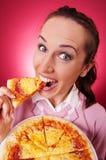 Mujer feliz que come el pedazo de pizza Imágenes de archivo libres de regalías