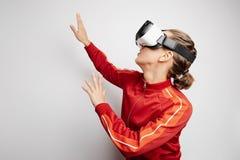 Mujer feliz que consigue experiencia usando los vidrios de las auriculares de VR de realidad virtual en casa muchas las manos que Foto de archivo libre de regalías