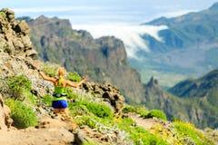 Mujer feliz que corre en montañas del verano fotografía de archivo
