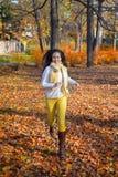 Mujer feliz que corre en parque del otoño Fotos de archivo libres de regalías
