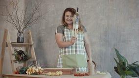 Mujer feliz que crea el arreglo comestible del ramo almacen de metraje de vídeo
